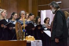 Свештеник Радивој Панић освештава колач и жито