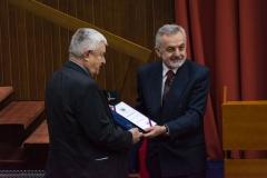 Председник Друштва Љубодраг Ристић уручује медаљу Друштва Душану Зупану