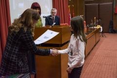 Проф. др Зона Мркаљ уручује награду Зорани Ракић из Ћуприје