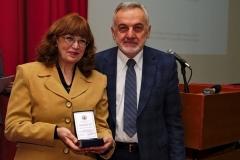 Добитница плакете проф. др Зона Мркаљ са председником Друштва
